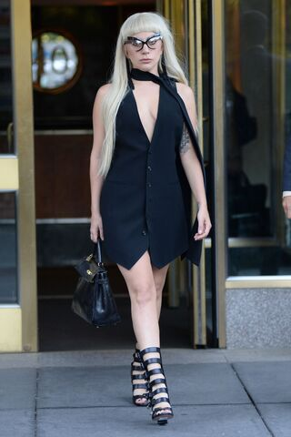 File:9-15-15 Leaving her apartment in NYC 001.jpg