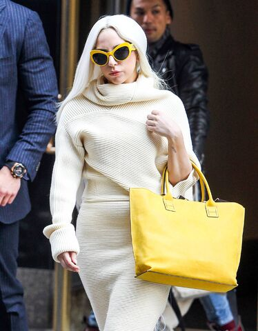 File:3-24-14 Leaving her apartment in NYC 002.jpg