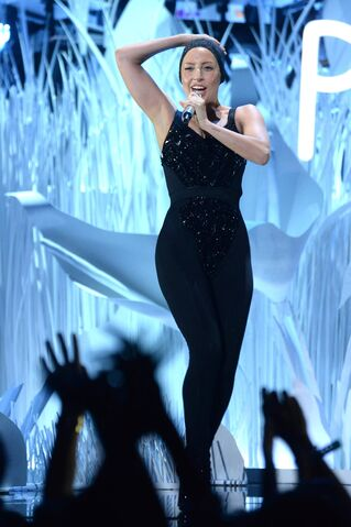 File:8-25-13 VMA Performance 002.jpg