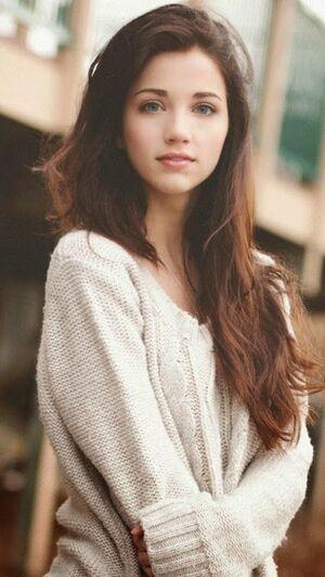 130ec7700492adeac0eca6d50352138c--black-hair-green-eyes-brown-hair-green-eyes-girl