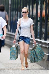 Amanda+Seyfried+Amanda+Seyfried+Shops+NYC+kltP1rLdUoRl