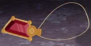 El amuleto como se ve en el episodio