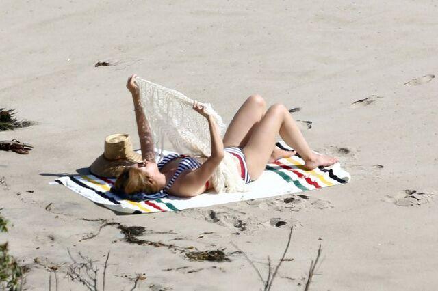 File:Lana-del-rey-bikini-body-beach-07.jpg