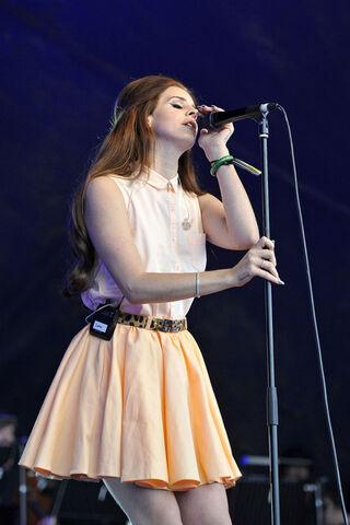 File:Lana+Del+Rey+Mika+performs+Lovebox+Festival+6huBo9gYbq l.jpg