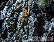 Lara Croft 2018 Cliffhanging