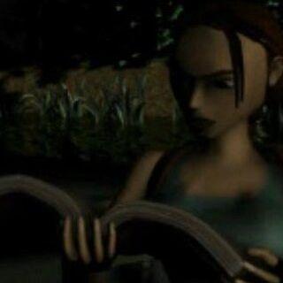 Lara Croft lee su diario.