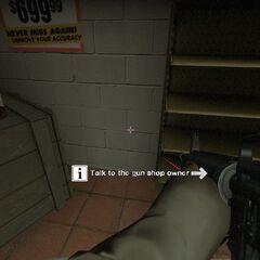 Nick con un M16 con mira laser en la tienda de armas