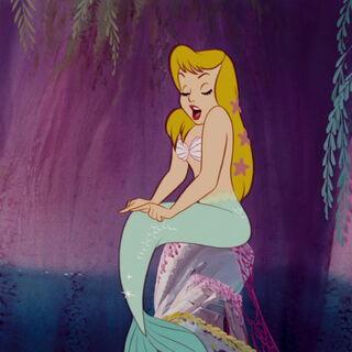 une sirène blonde avec les cheveux décorés d'étoiles de mers, portant des coquillages comme justaucorps.