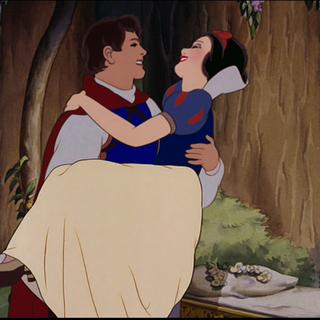 Le Prince prenant sa bien-aimée dans ses bras.
