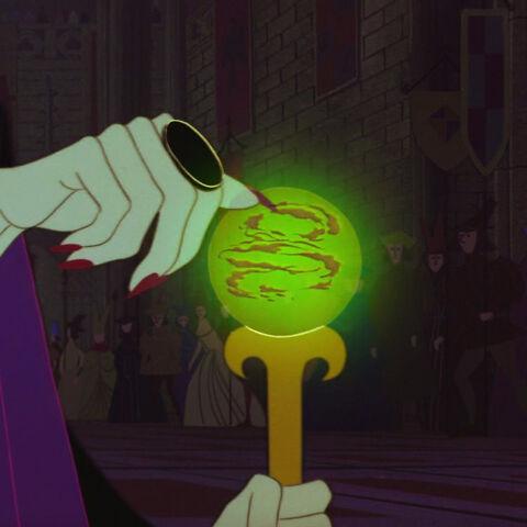 Maléfique maudit Aurore à l'aide de son sceptre.