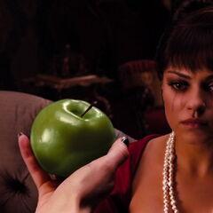 Trahie, Théodora décide de croquer dans la pomme que lui a donnée sa <a class=