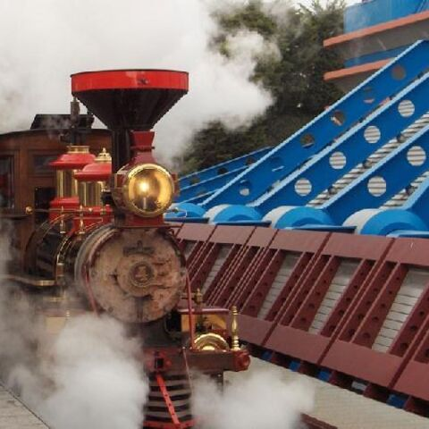 Train entrant en gare de Discoveryland.