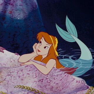 une sirène rousse avec les cheveux décorés, longs, cachant sa poitrine