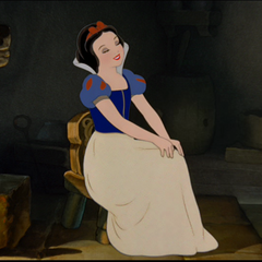 Blanche-Neige assise dans la chaumière.