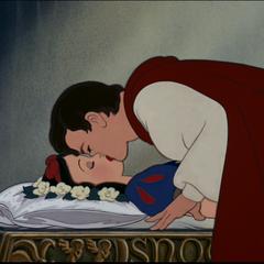 Blanche-Neige embrassée par le Prince.