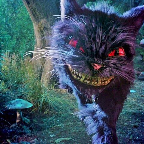 Le Chat de Cheshire tente de dévorer Alice.