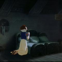 Blanche-Neige faisant sa prière.