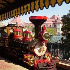 <i>Eurêka</i>: évoque le mot légendaire utilisé par les mineurs lorsqu'ils trouvèrent de l'or en 1849, et par le savant Archimède lorsqu'il découvrit la poussée du même nom. Les voitures portent donc le nom de villes californiennes (San Francisco, Los Angeles, Monterey, San Diego et Sacramento). Le train n'a été ajouté qu'en 1993, suite à la construction de la Discoveryland Station.
