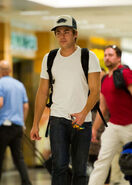 Zac+Efron+arrives+at+LAX+ZpUYS8B 6WKx