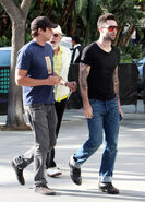 Adam-Levine-arriving-lakers-game-in-Levis-Jeans-5