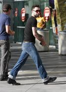 Adam-Levine-arriving-lakers-game-in-Levis-Jeans-21