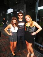 Zac-Efron-picture-with-fans