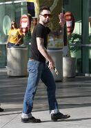Adam-Levine-arriving-lakers-game-in-Levis-Jeans-11