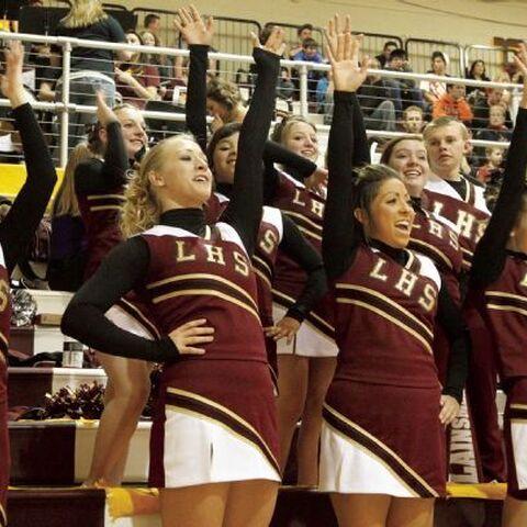 Cheerleader jubeln den Plainsmen bei einem Basketballspiel zu