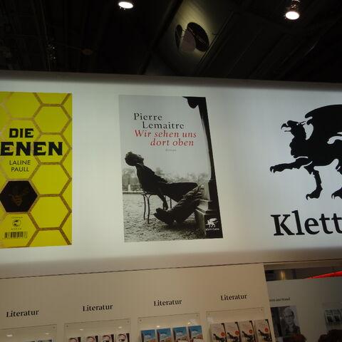 Schon von weitem erkennbare Werbung für das Buch am Stand von Klett-Cotta