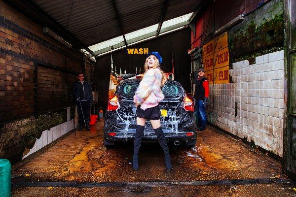 File:LIZ in a car wash.jpg