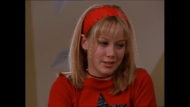 File:S1E21 Lizzie in red.PNG