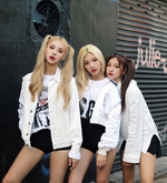 ODD EYE CIRCLE Max and Match group photo 2