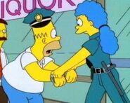 Marge arrestando a Homer