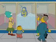 Gente mirando a Marge duchandose