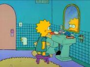 Lisa mirándose al espejo