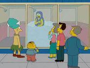 Gente mirando a Marge duchandose 2