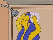 Marge dandose una ducha
