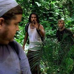 Sayid, Charlie, e Jack alcançando Hurley