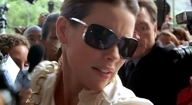 Файл:4x04 Kate enters.jpg