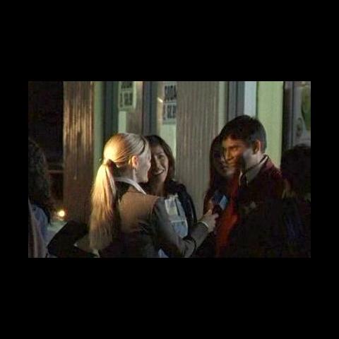 O Balconista Paquistanês dá uma entrevista com uma equipe de televisão, assim que Hurley foi apontado como o vencedor.