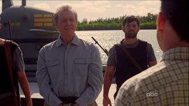 Ben vient dire au revoir à Charles qui est bannit de l'Île