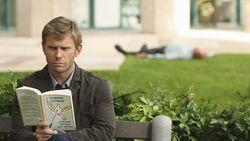 Jacob leest boek terwijl Locke valt