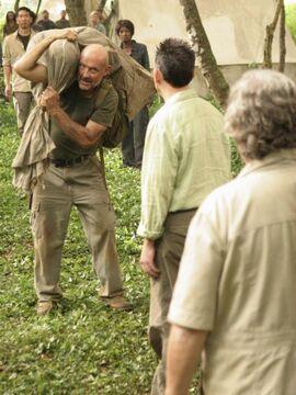 Locke apporte le corps de son père à Ben