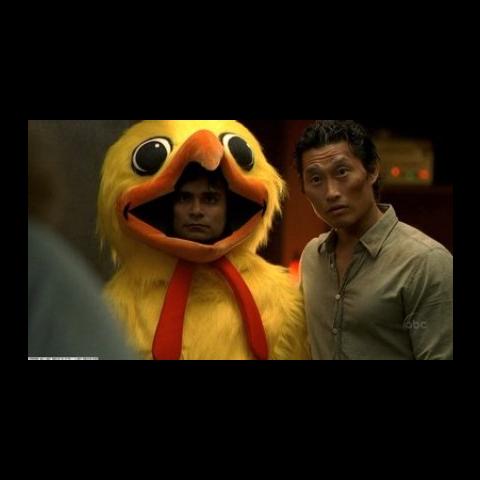 O homem na fantasia de frango aparece ao lado de Jin no sonho de Hurley.