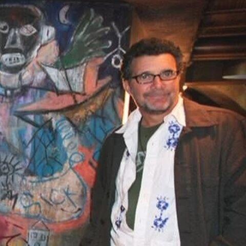 Bender ao lado de seu mural
