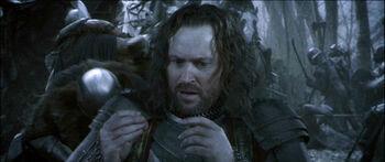 Isildur zakłada na palec pierścień podczas Bitwy na Polach Gladden - klatka z filmu