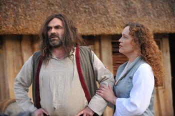 """Dírhael wraz z żoną w filmie <i><a href=""""/pl/wiki/Zrodzony_z_Nadziei"""" title=""""Zrodzony z Nadziei"""">Zrodzony z Nadziei</a></i>"""