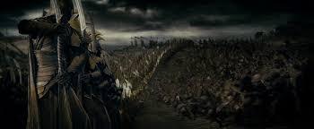 Armia elfów przygotowuje się do starcia z orkami – klatka z filmu <i>Władca Pierścieni: Drużyna Pierścienia</i>