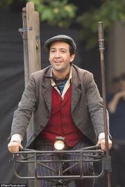 Lin-Manuel-Miranda-Mary-Poppins-Returns-Jack-the-lamplighter-behind-the-scenes-mary-poppins-returns-40453292-634-951