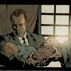 Norman trzymający bliźniaki Gabriela i Sarah Stacy